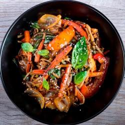 Pasta Vegetar med vilde svampe vendt i cremet gedeost, toppet med grillet aubergine, salat og cherrytomater