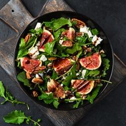 Salat Caprese med mozzarella, friske tomater, basilikum, oliven og pesto-dressing