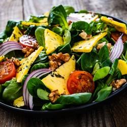Kylling Salat med salat, rødløg, soltørret tomater og caesar dressing