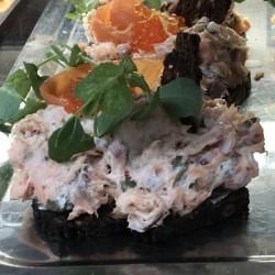 Laksesalat smørrebrød med varmrøget laks, kapers, løg, caviart og rugbrødschips